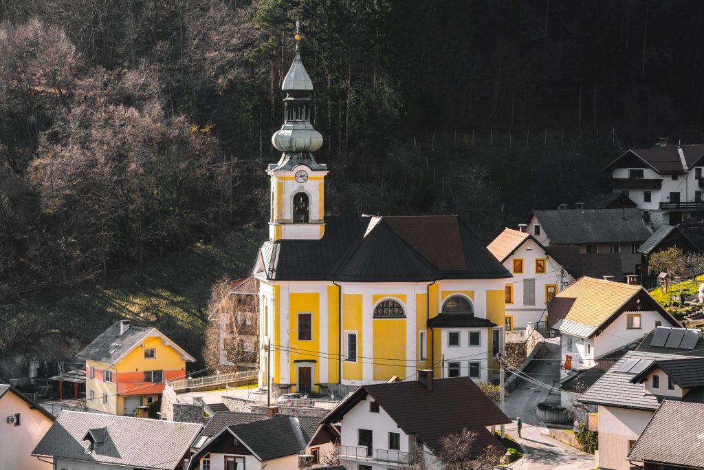 Cerkev sv. Ingenuina in Albuina na Koroški Beli. Foto: Nik Bertoncelj