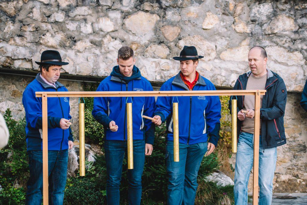 Pritrkovalska skupina Koroška Bela, ki je iz Javorniškega Rovta pripeljala jeklene cevi, na katerih vadijo pritrkavanje. / Foto: Nik Bertoncelj