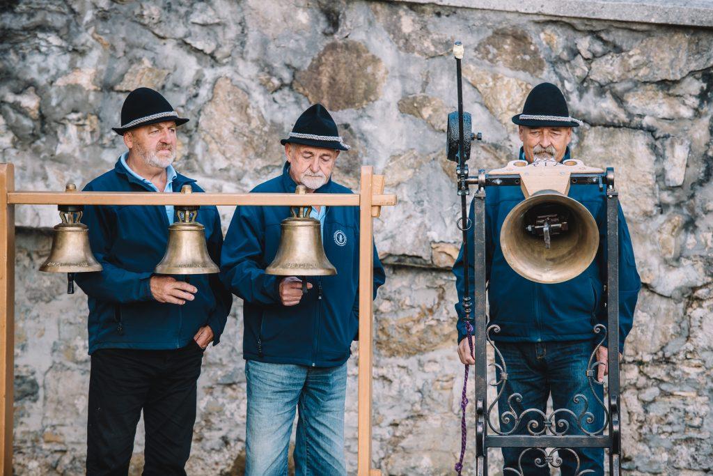 Pritrkovalci iz Kamne Gorices svojimi miniaturnimi zvonovi. / Foto: Nik Bertoncelj