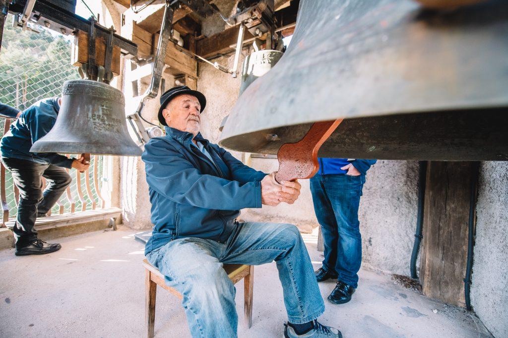 Kamnogoriški pritrkovalci v zvoniku na Koroški Beli. / Foto: Nik Bertoncelj